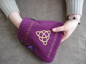 袋に手を入れてルーンを混ぜて1つを取り出します。