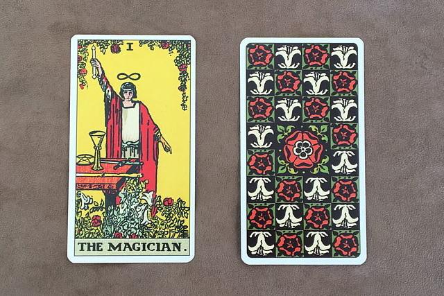 RWSタロットカードの魔術師と裏面のデザイン