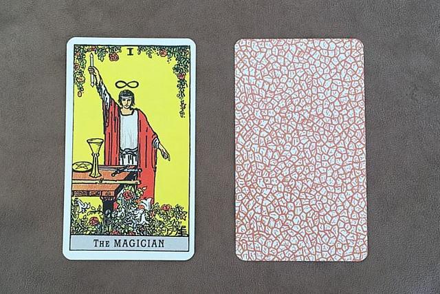 A.E.Waite プレミアムタロットカードの魔術師と裏面のデザイン