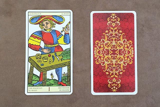 タロット・オブ・マルセイユの魔術師と裏面のデザイン