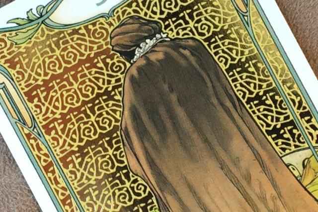 ゴールデン・アールヌーボー・タロットの金色の模様(カップの5)