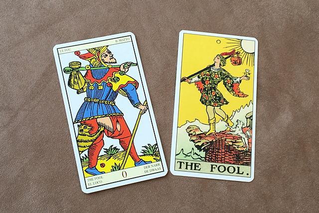 左がマルセイユ版の愚者のカード、右がウェイト版の愚者のカード