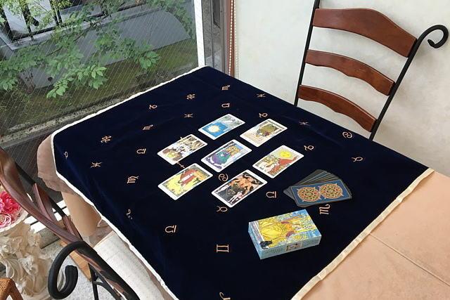 タロットクロス・アストロロジーを使用したところを撮影、タロットカードはユニバーサル・タロット