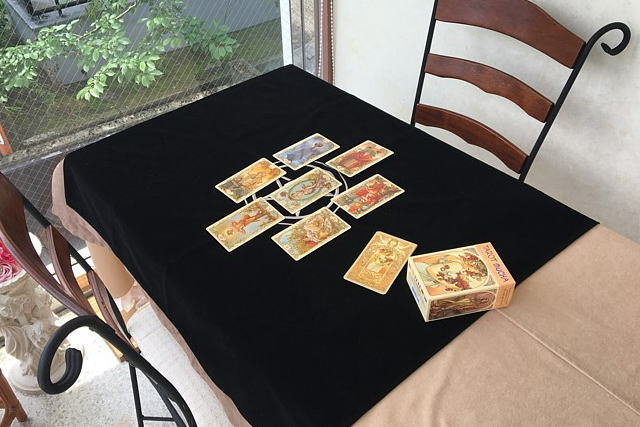 タロットクロス・ペンタクルを使用したところを撮影、タロットカードはミュシャ・タロット